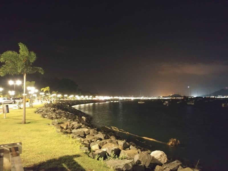 Calzada de Amador è un viale sul mare di Panama illuminato a giorno