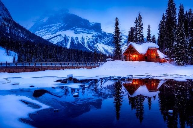 Crepuscolo nella casa al lago